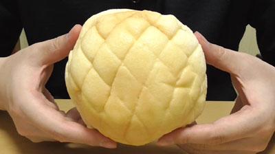 ふわふわホイップのメロンパン(マルト神戸屋)2