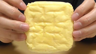 たまごを包んだしっとりパン(ローソン)5