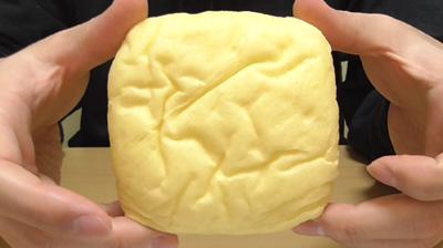 たまごを包んだしっとりパン(ローソン)3