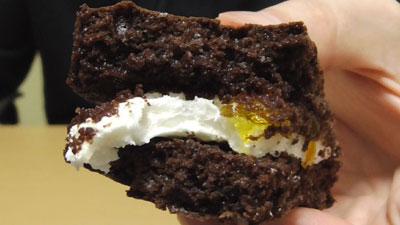 もっちりしたマシュマロクリームをサンドしたブラウニーケーキ(ファミリーマート)17