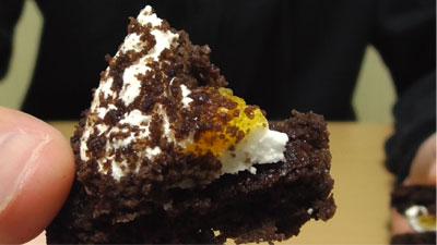 もっちりしたマシュマロクリームをサンドしたブラウニーケーキ(ファミリーマート)13