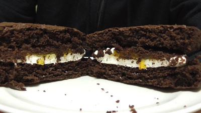 もっちりしたマシュマロクリームをサンドしたブラウニーケーキ(ファミリーマート)9