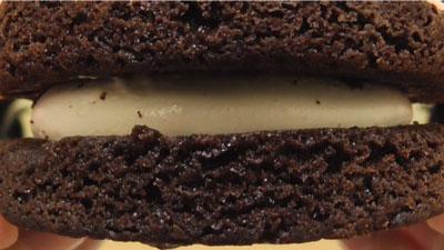 もっちりしたマシュマロクリームをサンドしたブラウニーケーキ(ファミリーマート)5