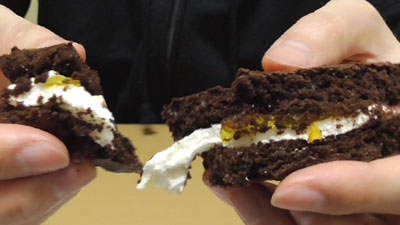 もっちりしたマシュマロクリームをサンドしたブラウニーケーキ(ファミリーマート)16