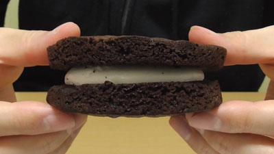もっちりしたマシュマロクリームをサンドしたブラウニーケーキ(ファミリーマート)3