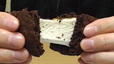 もっちりしたマシュマロクリームをサンドしたブラウニーケーキ(ファミリーマート)11