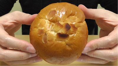 たっぷりホイップのチョコクリームパン(神戸屋)3
