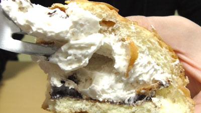 たっぷりホイップのチョコクリームパン(神戸屋)12